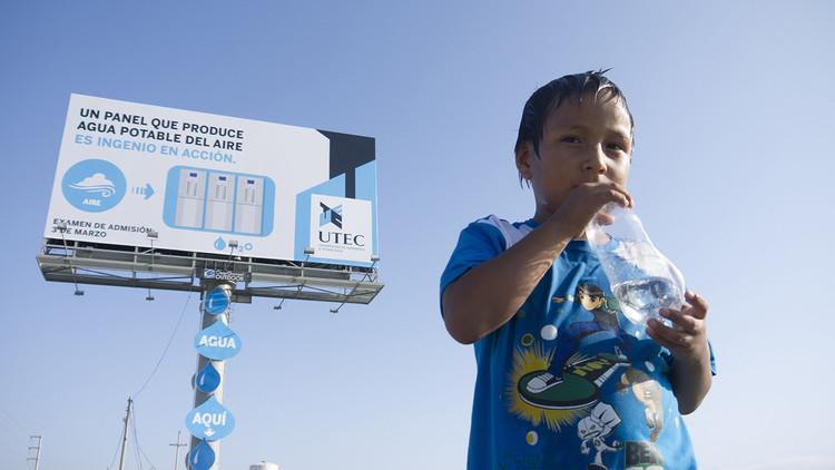Lima, Perú: Cartel publicitario transforma la humedad del aire en 3000 litros de agua potable al mes, © Mayo DraftFCB
