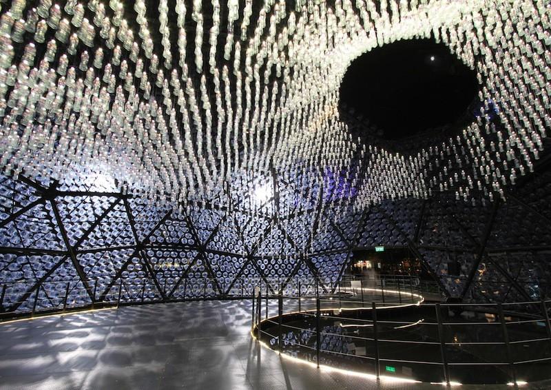 Un pabellón de luz hecho de 7.000 botellas de plástico recicladas