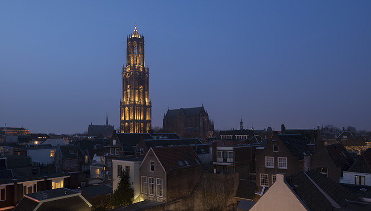 "Uma luz viva no centro de Utrecht: ""In Lumine Tuo"" por Speirs + Major, © James Newton"