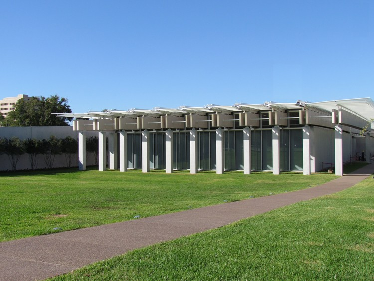 Piano e a responsabilidade de projetar a expansão do Kimbell Museum, de Louis Kahn, Renzo Piano Pavilion at Kimbell Art Museum. Image © Paul Clemence