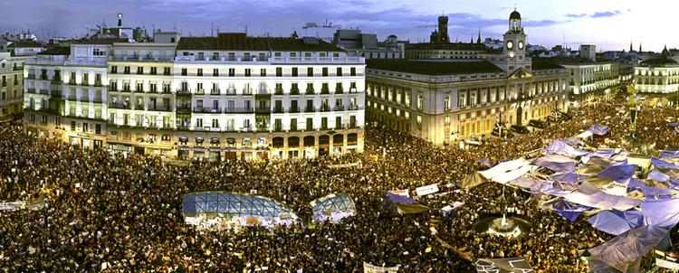Espaço público, teste da cidade democrática, Plaza del Sol, Madrid. Imagem via Plataforma Urbana