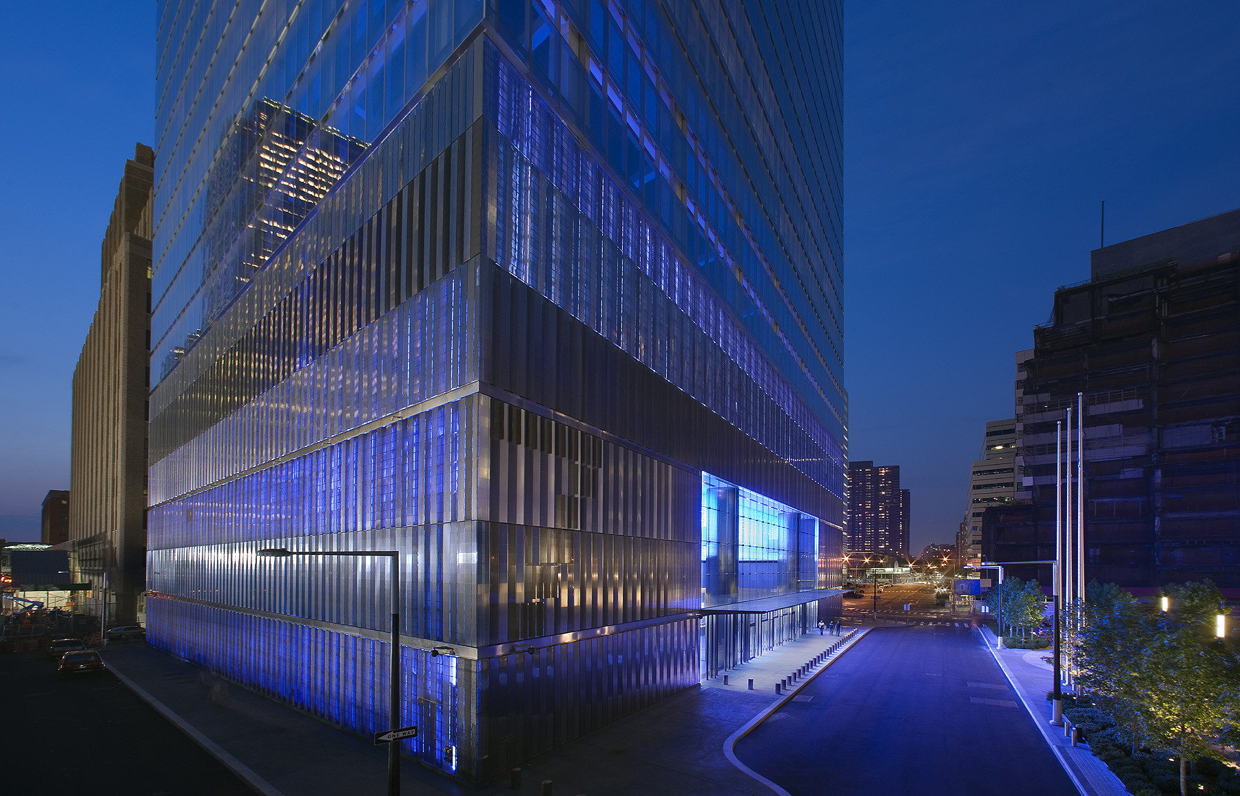 Light Matters: Glass Beyond Transparency with James Carpenter, 7 World Trade Center. New York, NY 2003-2007. Image © David Sundberg