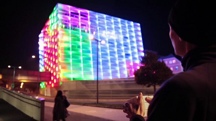 Edifício é transformado em um gigantesco cubo mágico , © Javier Lloret & Michaela Lakova