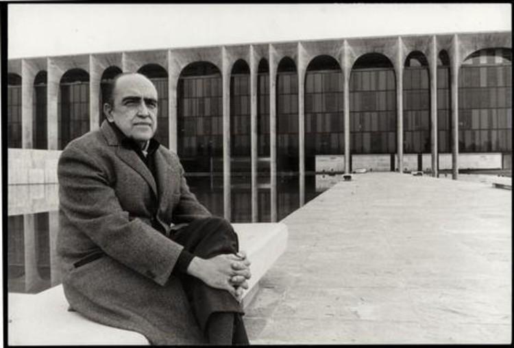 En perspectiva: Oscar Niemeyer, © Oscar Niemeyer frente al Palazzo Mondadori. Foto via Mondadori.com