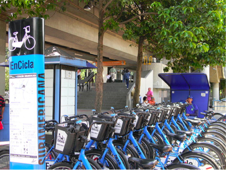 Os avanços e desafios de Medellín e sua região metropolitana para uma mobilidade mais sustentável, Integração Encicla (sistemas de bicicletas públicas) e metrô de Medellín.. Image Cortesia de Encicla