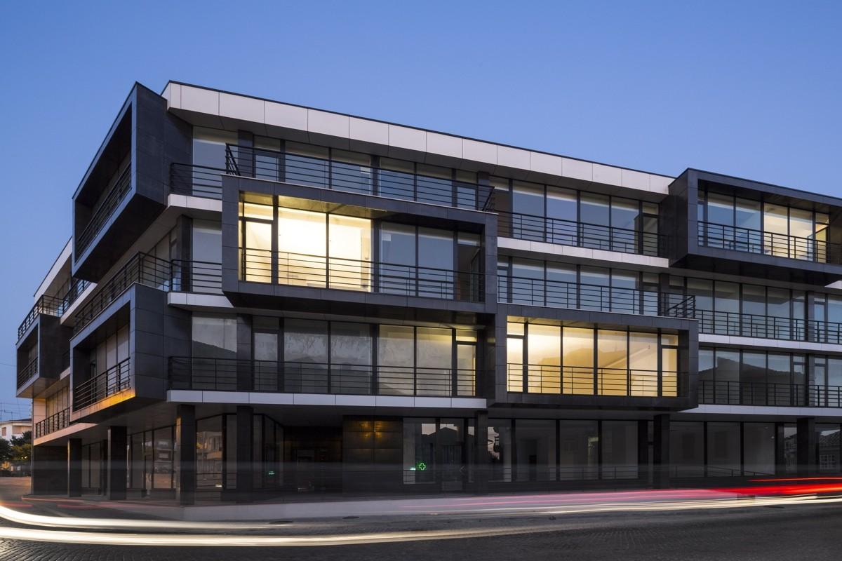 Edifício Habitacional Vila Nova de Tazem / Nuno Ladeiro + Marco Martins, © Fernando Guerra I FG+SG