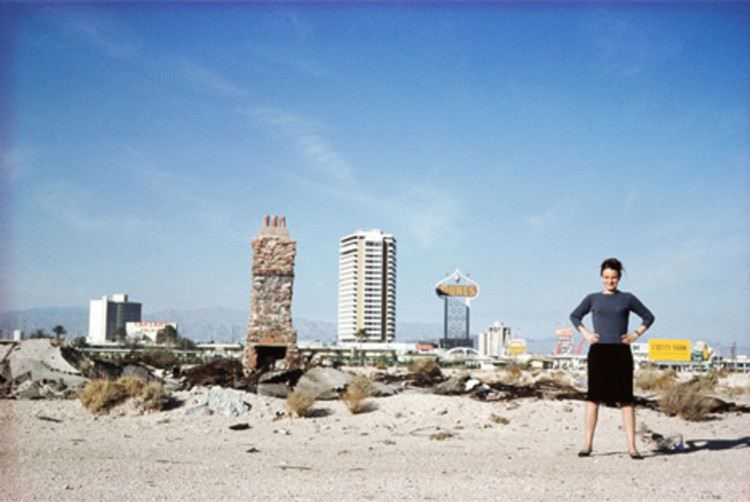 Uma entrevista com Denise Scott Brown, Denise Scott Brown outside Las Vegas in 1966; photograph from the Archives of Robert Venturi and Denise Scott Brown. Image © Frank Hanswijk