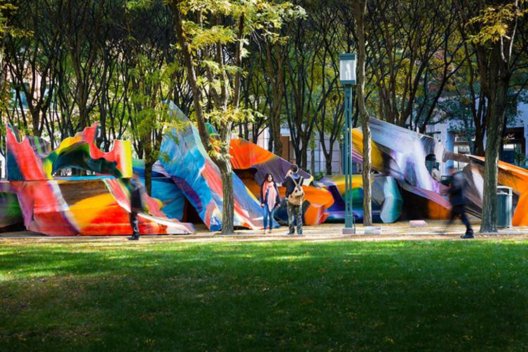 """""""Just two of us"""": Explosão de cores em um parque de Brooklyn, Nova Iorque, © James Ewing, via publicartfund.org"""