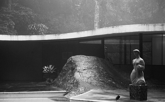 Casa_das_canoas__by_niemeyer__with_bolder_at_center__photo_by_paul_clemence