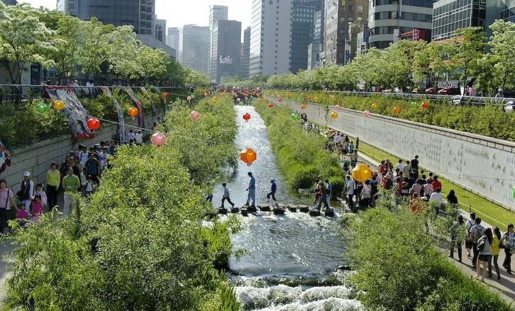 Oito exemplos de que é possível despoluir os rios urbanos, Rio Cheonggyecheon, Seul.. ImageFonte: <a href='https://creativecommons.org/licenses/by-sa/3.0/'><a href='https://creativecommons.org/licenses/by-sa/3.0/'>Wikimedia</a></a>.org