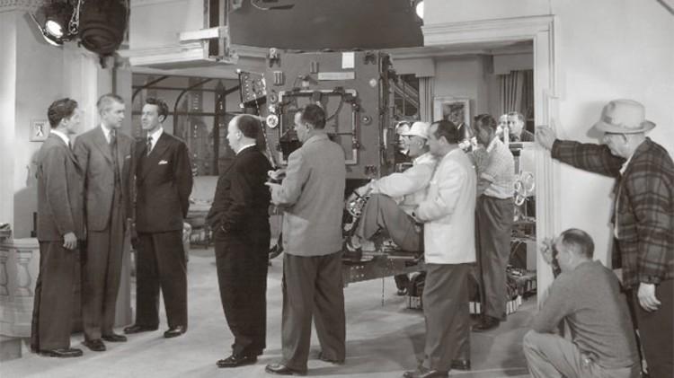 A Arquitetura de Alfred Hitchcock, Hitchcock no set de Rope [Festim Diabólico], com atores Jimmy Steward, John Dall, e Farley Granger.Imagem cortesia de nai010 publishers