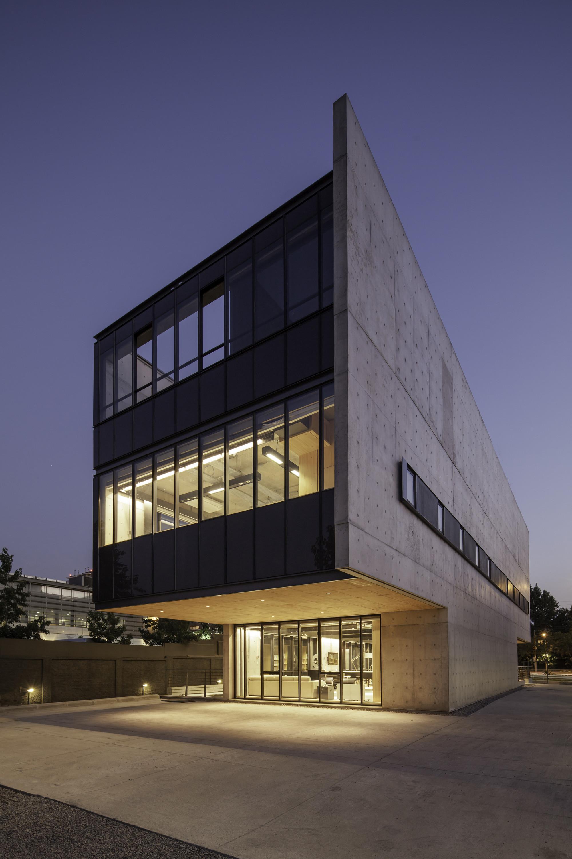 Gallery of multicarpet rollux showroom arquitectos 5 for Modern showroom exterior design