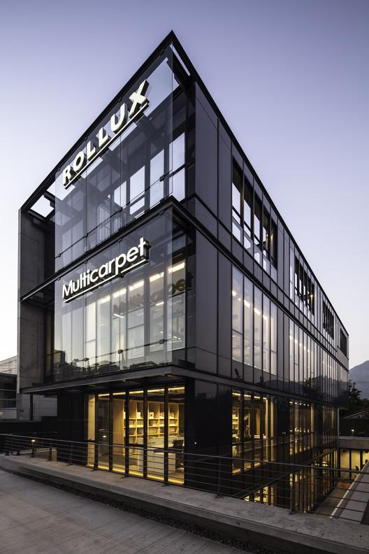 Multicarpet Rollux Showroom  / +arquitectos, © Aryeh Kornfeld