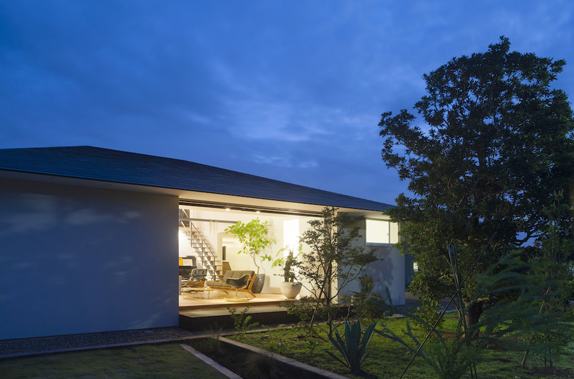 Galer a de casa de largo techo a cuatro aguas naoi for Casas techos cuatro aguas