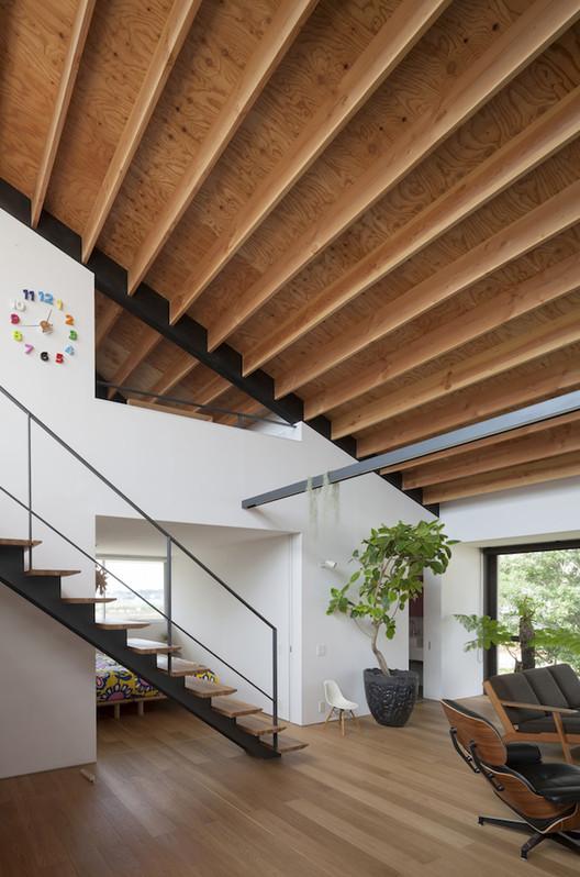 Casa de largo techo a cuatro aguas naoi architecture for Casas techos cuatro aguas