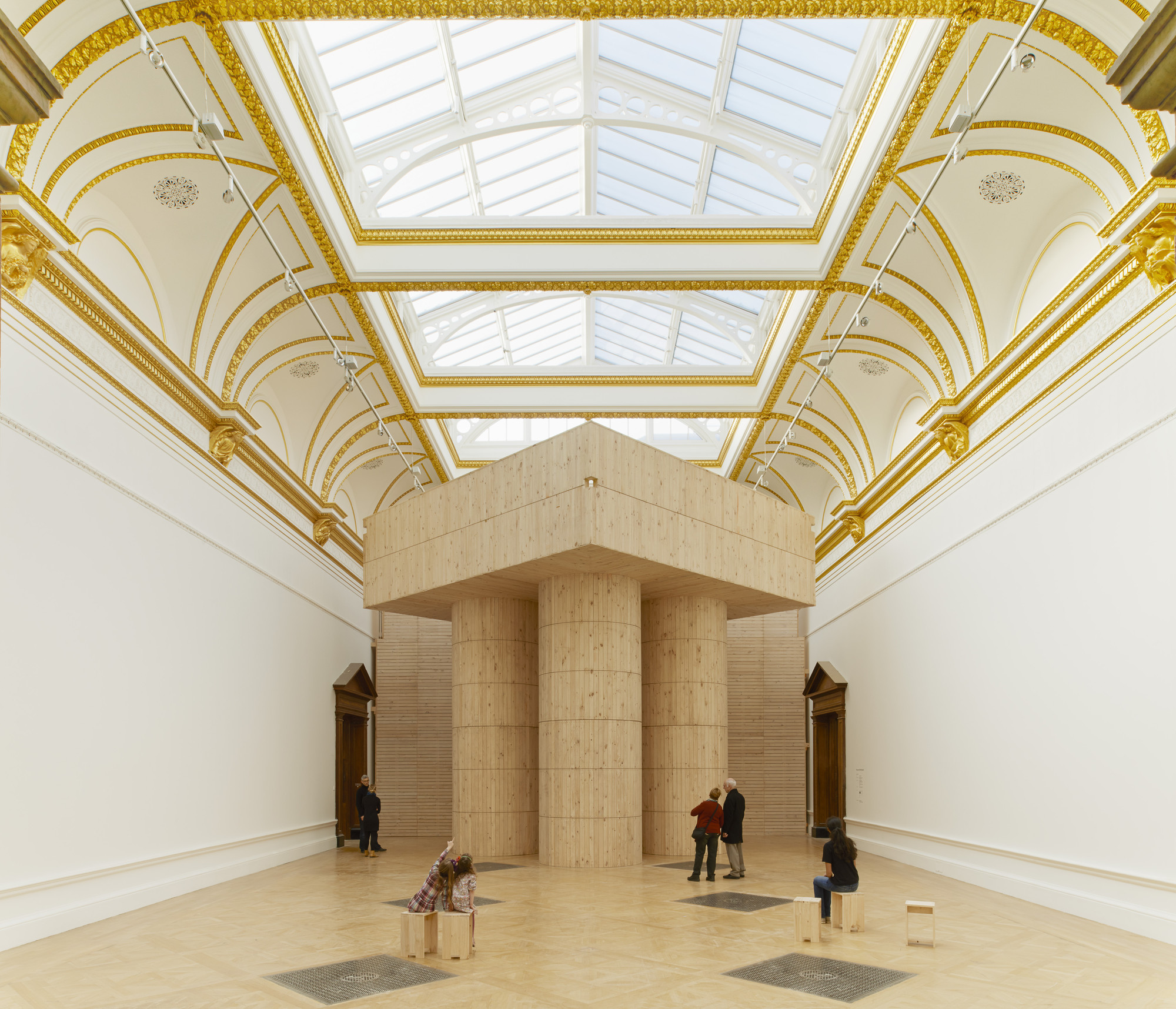 Sete arquitetos transformam a Royal Academy de Londres em uma experiência multi-sensorial, Instalação (Blue Pavilion) por Pezo von Ellrichshausen. © Royal Academy of Arts, London, 2014. Fotografia: James Harris