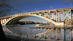 Reutilizando la Infraestructura Urbana: Un Espacio Cultural bajo un puente en Estocolmo