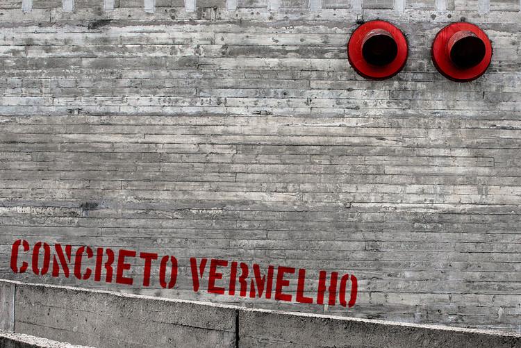 """Ensaio fotográfico """"Sesc Pompeia, Concreto Vermelho – 2013"""", © Fernando Pires"""