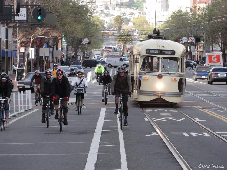 Quatro motivos que mostram por que o ciclismo é bom para os negócios, Biking down San Francisco's Market Street. Image © Flickr CC User Steven Vance