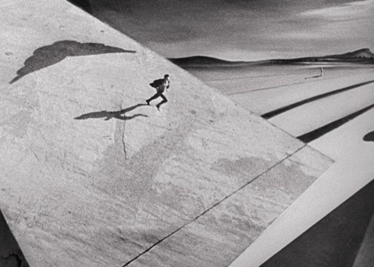 """Cine y Arquitectura: La escenografía diseñada por Salvador Dalí para """"Spellbound"""" de Hitchcock, Secuencia Onírica de Salvador Dalí en """"Spellbound"""" (1945). Image © horrordigital.com"""