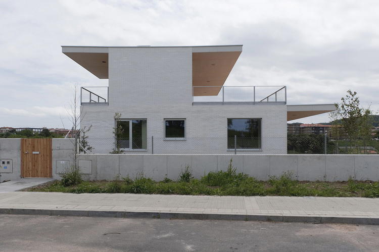 Edifício para 3 habitações  / Paul Basañez, Ibon Basañez, Alvaro Albaizar, © Mikel Eskauriaza