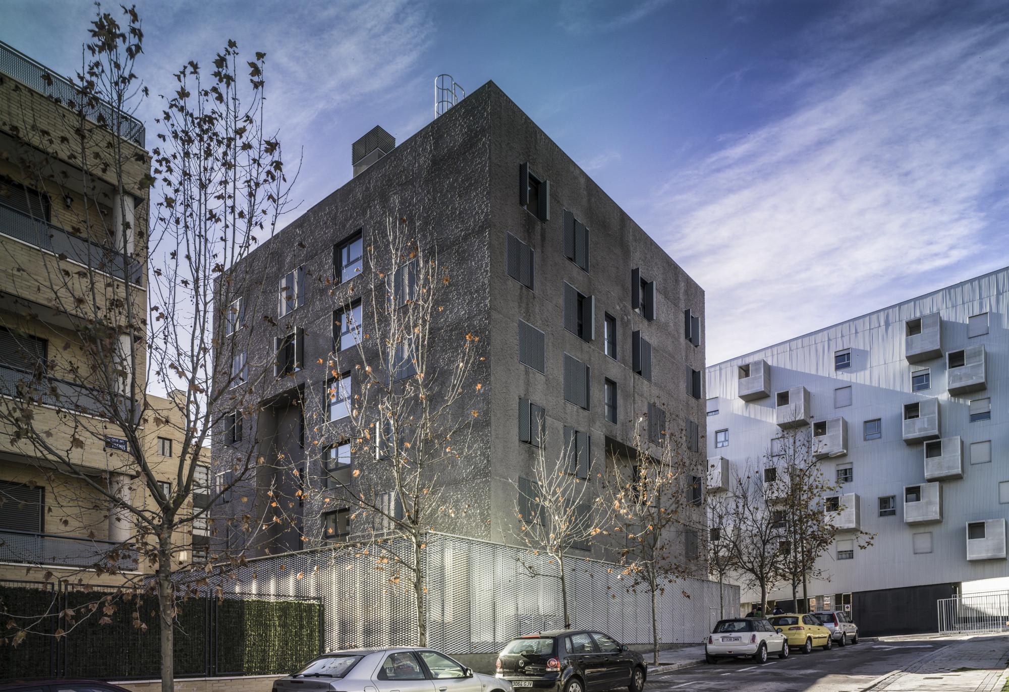 C-32 Social dwelling / Santiago de Molina + Hayden Salter + Agatángelo Soler + Edgar Sarli, © Jesús Granada
