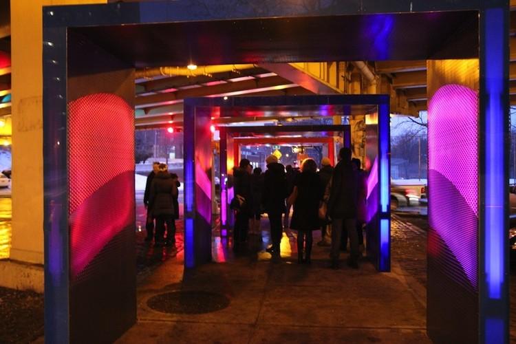 """""""Silent Lights"""": Um exemplo para recuperar o espaço embaixo de uma rodovia em NY, Fonte imagem: blog.archpaper.com"""