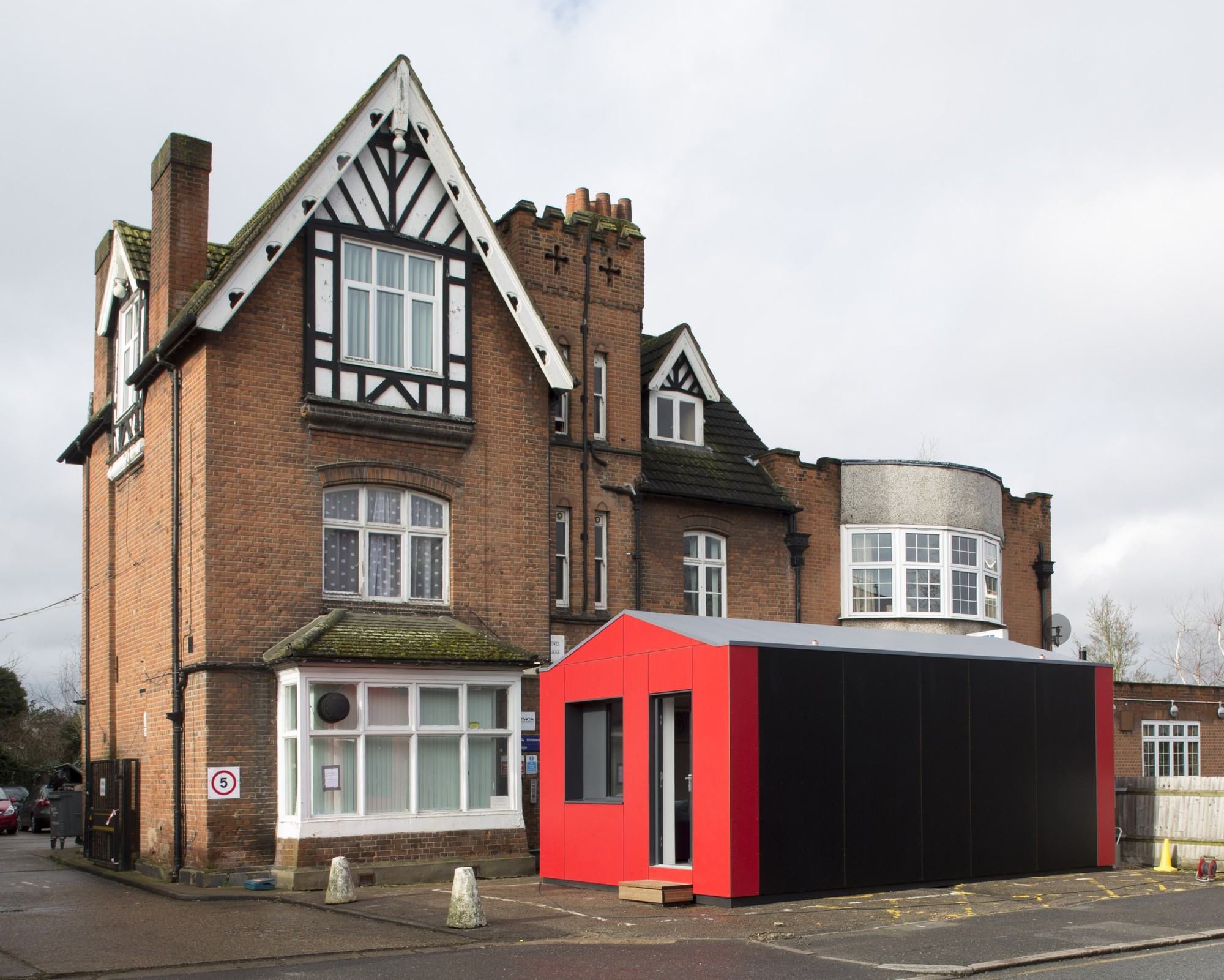 Richard Rogers' Pre-Fab Y-Cube Takes on UK Housing Crisis , The Y-Cube Deployed. Image Courtesy of Rogers Stirk Harbour + Partners