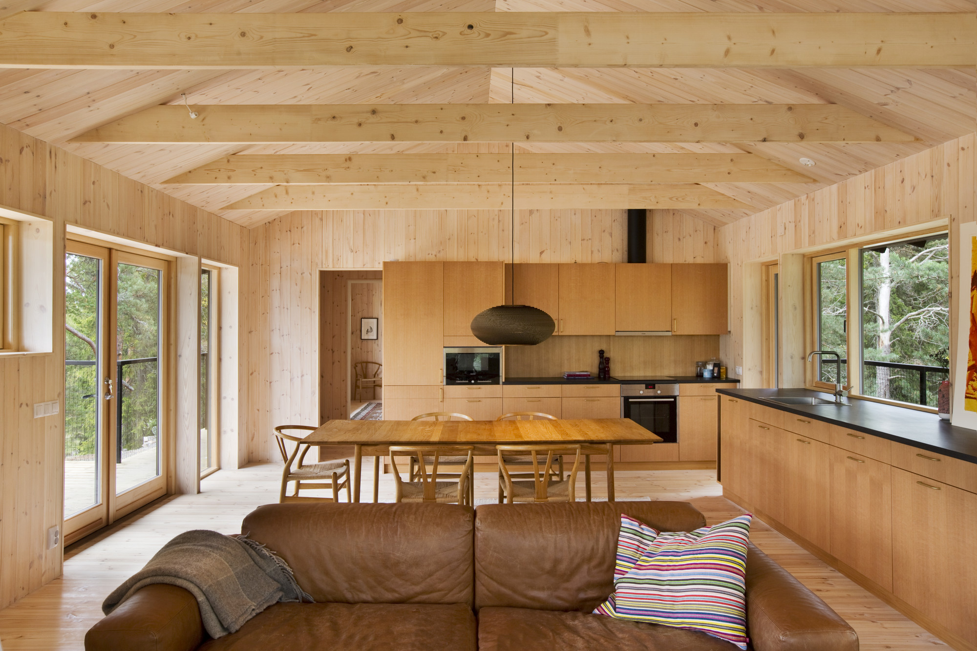 Galeria de casa de veraneio vind max holst 9 for Interior de la casa de madera moderna