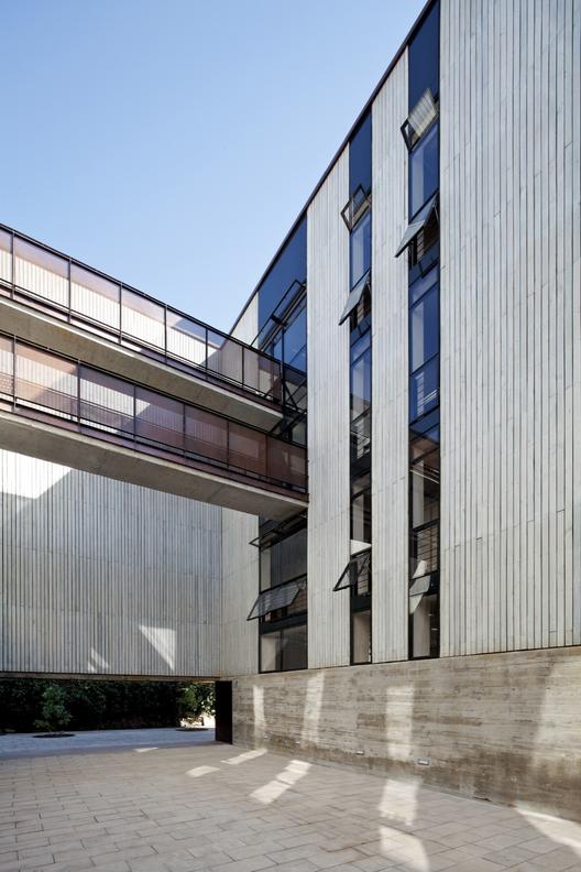 Revestimiento en Madera de la Escuela de Diseño UC, por Sebastián Irarrázaval. Image © Nico Saieh