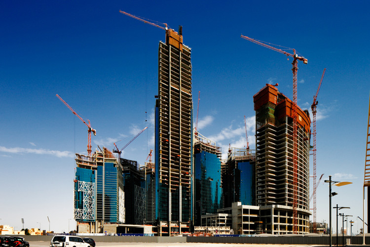 The Indicator: Continuaremos em silêncio? O custo humano da Copa do Mundo no Qatar, Development of new skyscrapers in Doha, Qatar. Image © Sophie James / Shutterstock.com