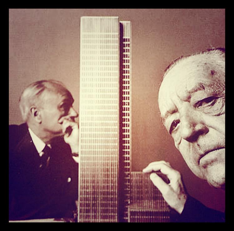 SAP divulga raras imagens de 'selfies' de arquitetos, Mies van der Rohe & Philip JohnsonEm frente a um modelo do Edifício Seagram em 1955. Cortesia de Society of Architecture Photography (SAP)