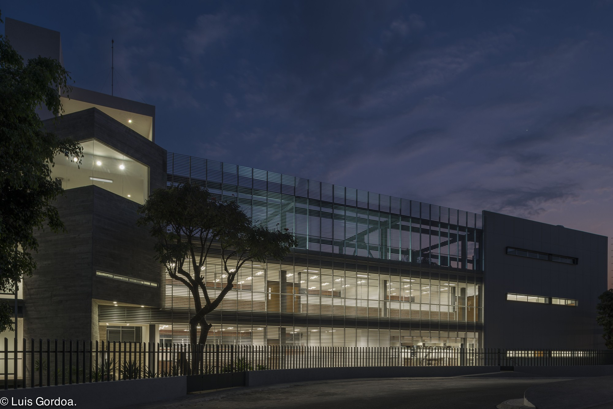 Gallery of la salle cuernavaca university annex building for Arquitectura prehistorica