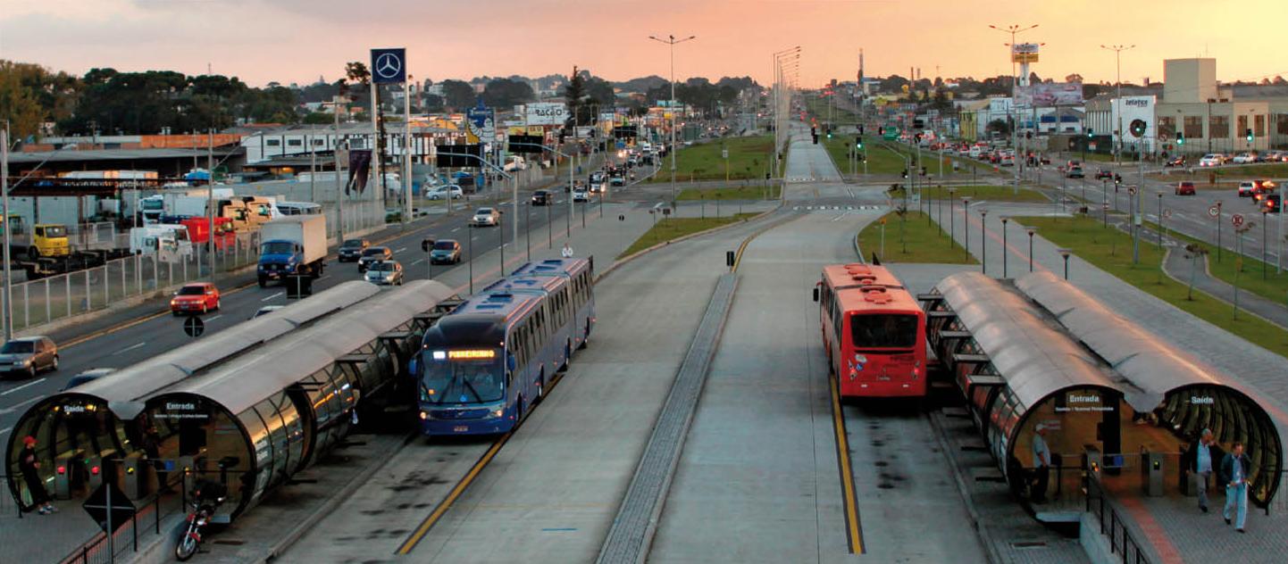 """XX CBA - Mesa """"Sistemas de Transporte e Gestão Urbana"""" destaca contribuições tecnológicas para o urbanismo, Curitiba foi a primeira capital brasileira a adotar o BRT, em 1974. Image Courtesy of URBS"""