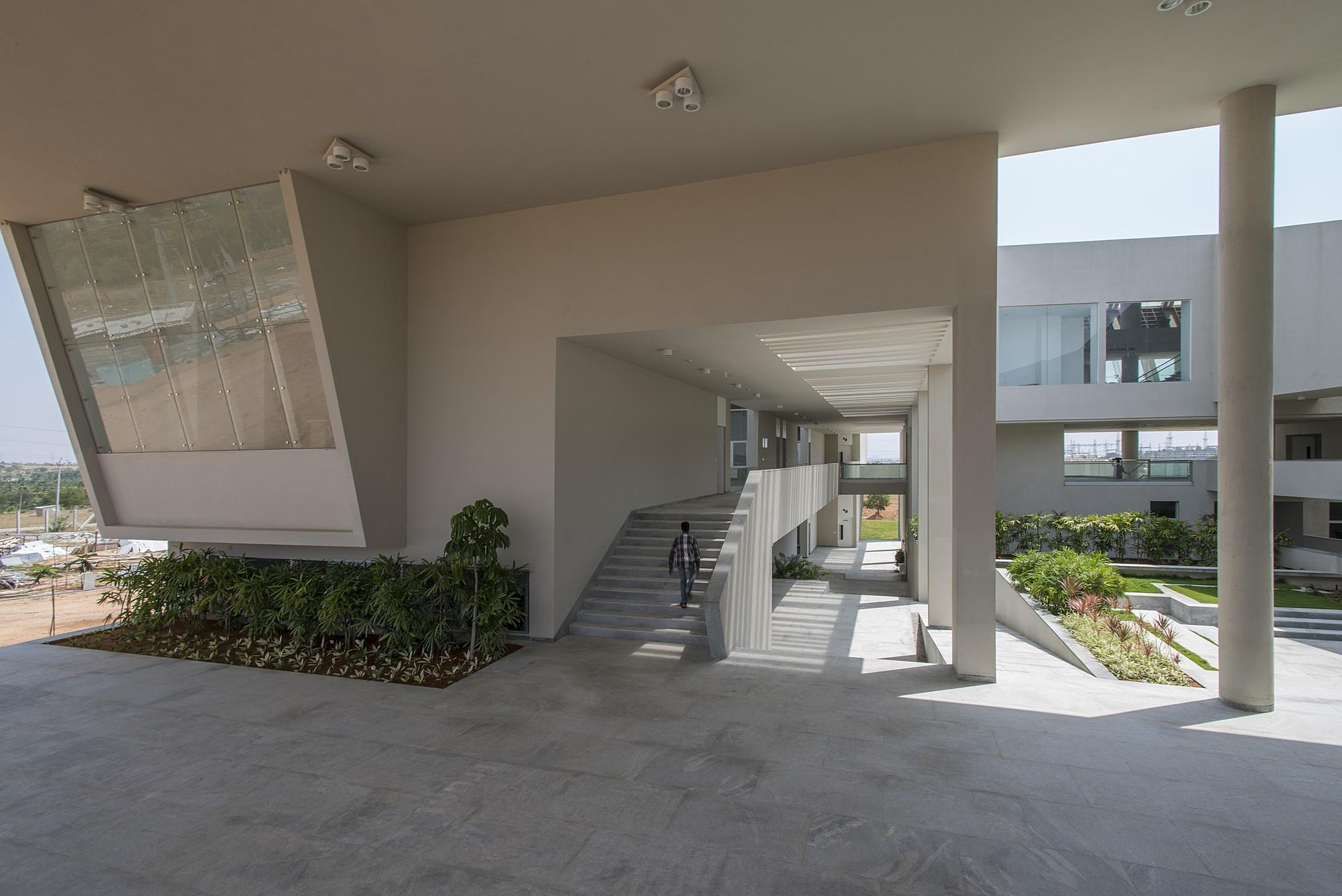 Myra – School Of Business / Architecture Paradigm