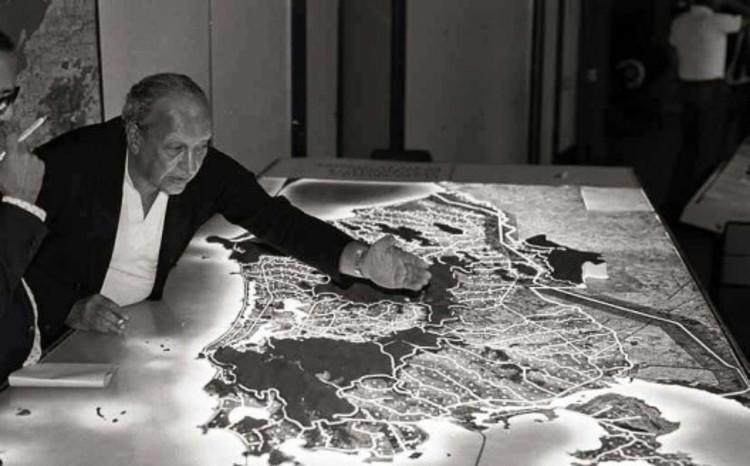 Feliz Aniversário Sérgio Bernardes, Sérgio Bernardes apresentando Plano para o Rio de Janeiro. Image Cortesia de vitruvius