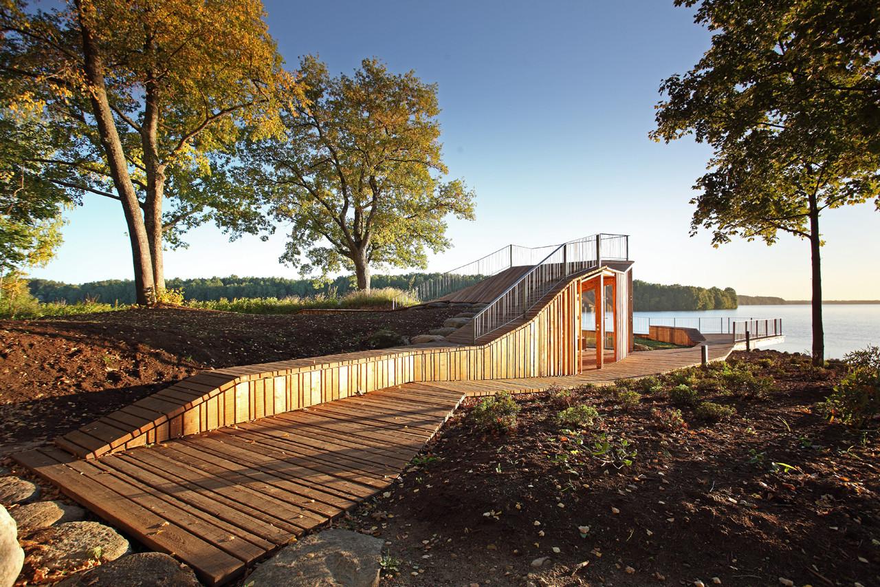Arquitectura y Paisaje: Terraza con Vistas y Pabellón por Didzis Jaunzems / Laura Laudere / Jaunromans y Abele