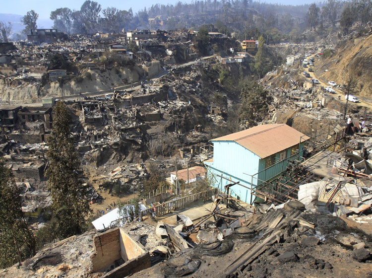 "Incendio en Valparaíso: ""Se ha idealizado la pobreza en Valparaíso"", dice Iván Poduje, © M. Campos vía soychile.cl"