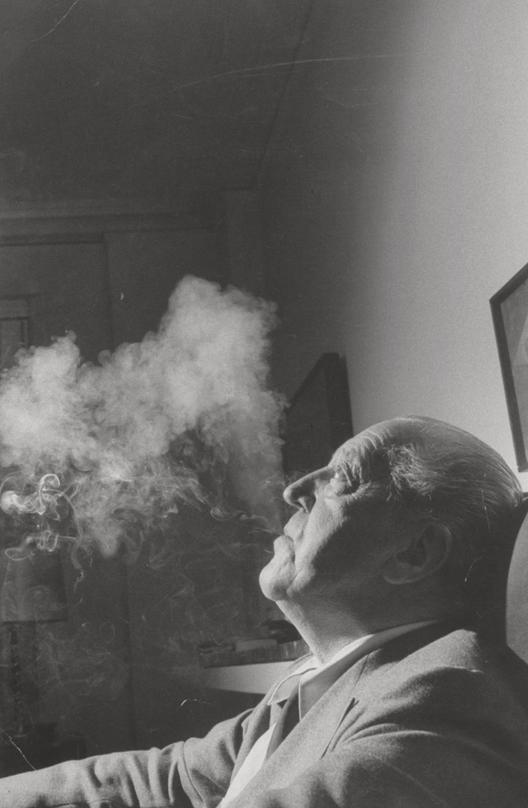 Mies, o homem modernista das palavras, Mies van der Rohe fumando, 1957; fotografado por Life magazine. Imagem Cortesia de Frank Scherschel/Time & Life Pictures/Getty Images