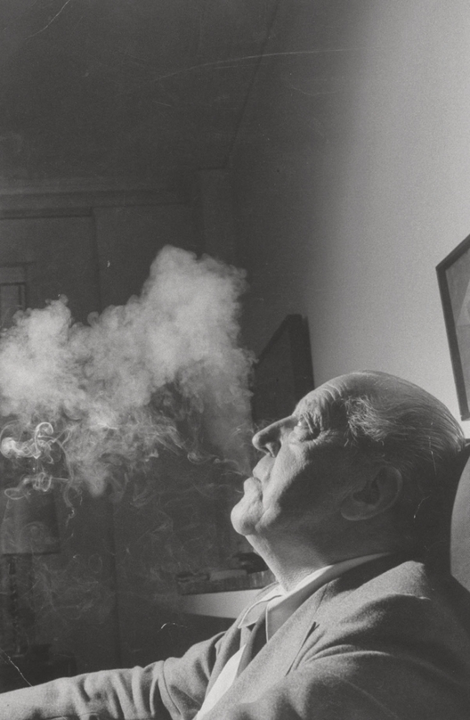 Mies van der Rohe fumando, 1957; fotografado por Life magazine. Imagem Cortesia de Frank Scherschel/Time & Life Pictures/Getty Images