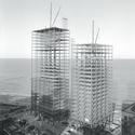 Mies van der Rohe, 860–880 Lake Shore Drive Apartment Buildings, Chicago, 1948–51; em construção, 1950–1. Imagem Cortesia de Chicago History Museum