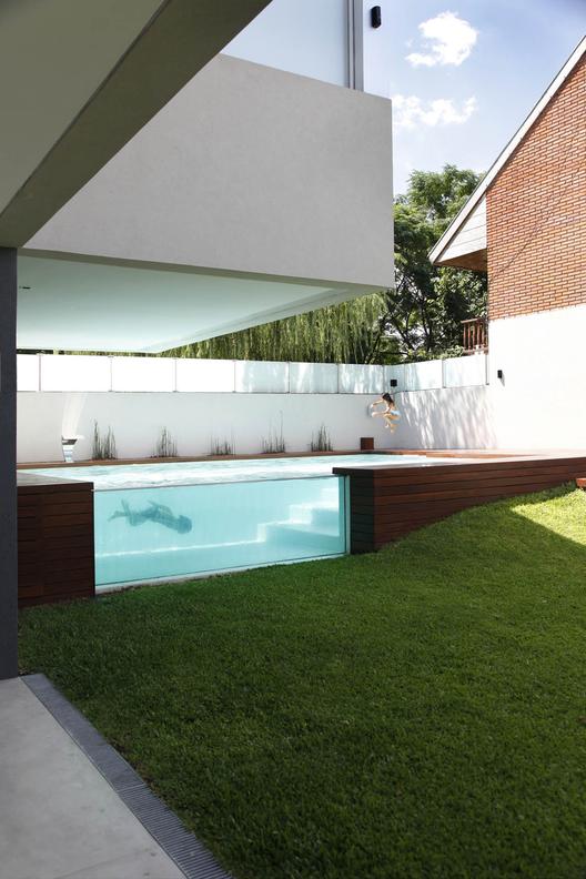 Refresque-se com as 15 piscinas mais populares do Pinterest do ArchDaily, Casa Devoto / Andres Remy Arquitectos. Imagem © Alejandro Peral