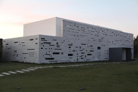 The Lifting House / Guedes Cruz Arquitectos