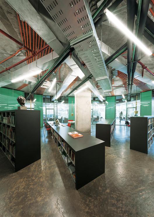 ¿Instalaciones y mecanismos técnicos a la vista en la arquitectura?, Instituto Goethe / FAR frohn&rojas . Image © Guy Wenborne