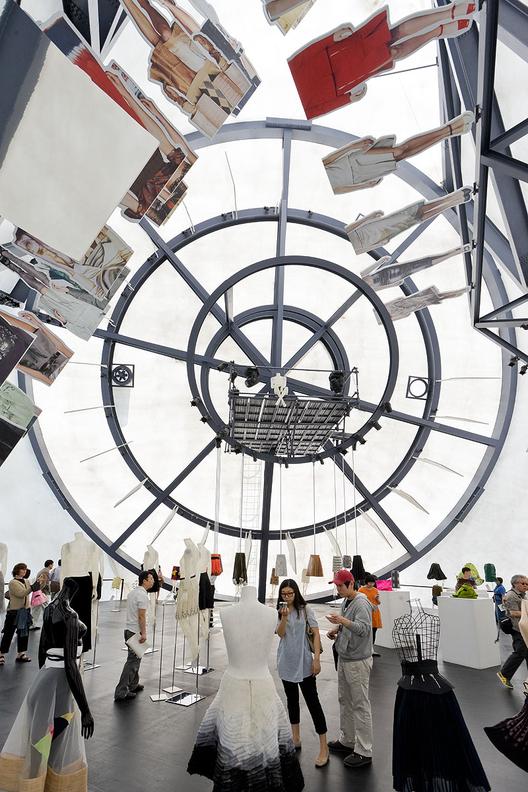 5 anos depois, uma retrospectiva sobre o Prada Transformer do OMA, © Iwan Baan