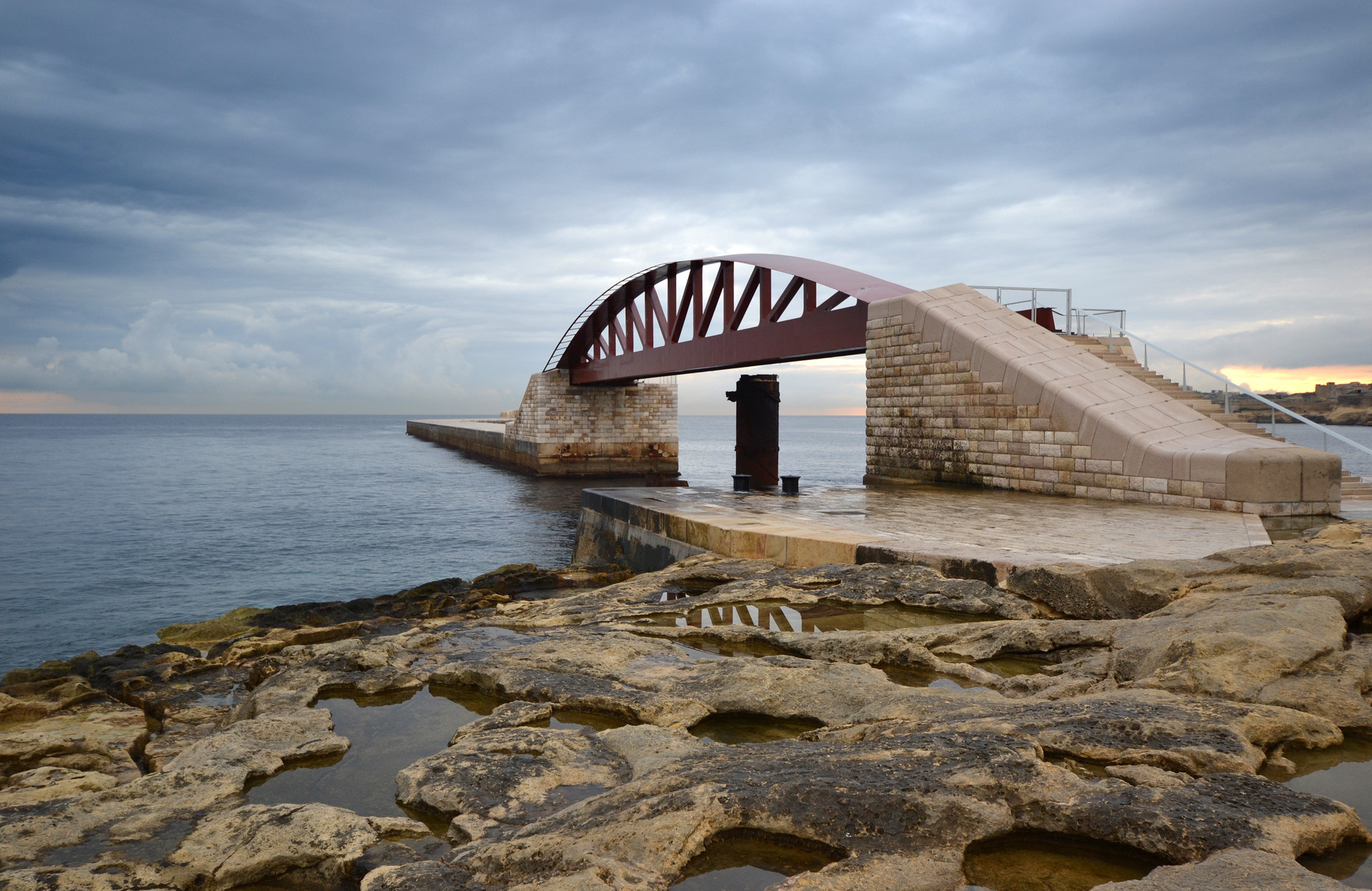 New St. Elmo Breakwater Footbridge in Valletta Grand Harbour / Arenas & Asociados, © Karl Borg