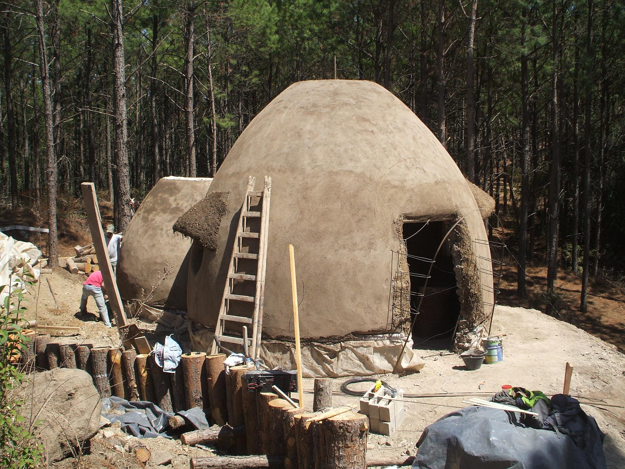 Galer a de una casa de c pulas de barro en argentina 4 for Faroles de barro para jardin