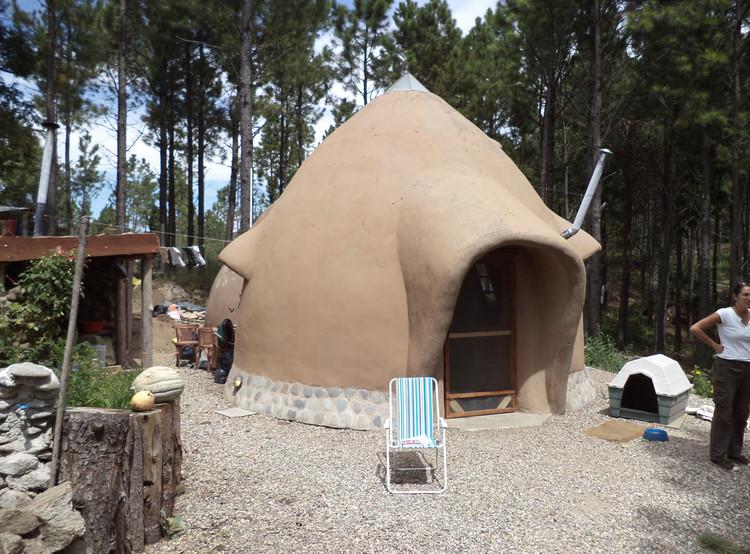 Una casa de cúpulas de barro en Argentina, Cortesía de HombredeBarro