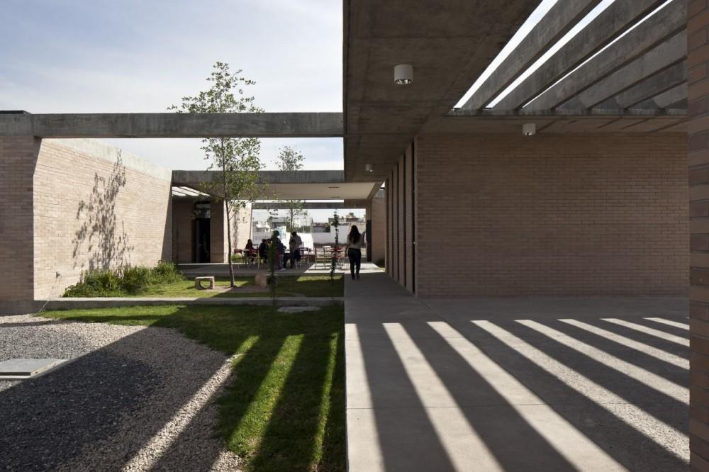 Conferencia CCAU / Espacios Educativos: Ejercicios arquitectónicos para la enseñanza, Preparatoria Nuevo Continente / © Onnis Luque