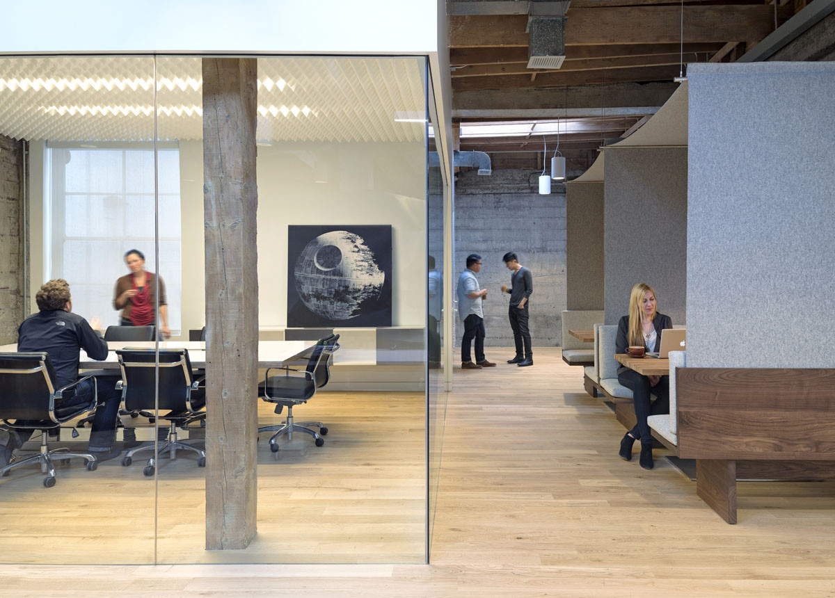 "O+A: In Search of Optimal Office Design,  The Giant Pixel Corporation: This software development company in San Francisco occupies three tight floors of largely open-plan space. ""We tried to provide different levels of acoustical privacy,"" says O+A cofounder Denise Cherry. ""The fully enclosed conference room is for confidential conversations, but you also have in-between spaces, like the canopied cabanas, which are connected to the work area—connected to the open plan—but still have some acoustic and even some visual separation."" Conference room ceiling made of recording-studio foam manufactured by Auralex. Image © Jasper Sanidad"